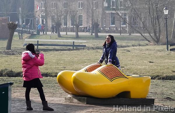 Nederland -  Zaanstad -  2018. Toeristen in een klomp in Zaanse Schans.  Foto Berlinda van Dam / Hollandse Hoogte