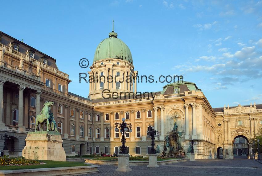 HUN, Ungarn, Budapest, Budaer Burgberg, Burgviertel: Budaer Burgpalast mit Matthias-Brunnen | HUN, Hungary, Budapest, Castle District: Royal Palace with Matthias fountain