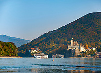 Oesterreich, Niederoesterreich, Kulturlandschaft Wachau - UNESCO Weltkultur- und -naturerbe, Schoenbuehel-Aggstein: Schloss und Kloster Schoenbuehel am rechten Donauufer | Austria, Lower Austria, Wachau Cultural Landscape - UNESCO World's Cultural and Natural Heritage, Schoenbuehel-Aggstein: Schoenbuehel Castle and Abbey on the right banks of river Danube