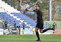 MONTERIA - COLOMBIA, 07-04-2019: Luis Trujillo, árbitro, señala un penal a favor de Jaguares durante el partido por la fecha 14 de la Liga Águila I 2019 entre Jaguares de Córdoba F.C. y Rionegro Águilas jugado en el estadio Jaraguay de la ciudad de Montería. / Luis Trujillo, referee, signs a penal in favor of Jaguares during match for the date 14 as part Aguila League I 2019 between Jaguares de Cordoba F.C. and Rionegro Aguilas played at Jaraguay stadium in Monteria city. Photo: VizzorImage / Andres Felipe Lopez / Cont