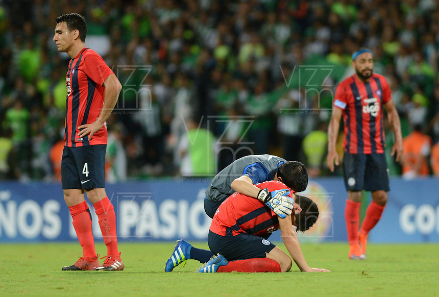 MEDELLIN- COLOMBIA - 24-11-2016: Jugadores de Cerro Porteño de Paraguay, al final del partido de vuelta entre Atletico Nacional de Colombia y Cerro Porteño de Paraguay por las semifinales de la Copa Suramericana en el estadio Atanasio Girardot de la ciudad de Medellin.  / The players of Sol de America of Paraguay at the end of a match between Atletico Nacional of Colombia and Cerro Porteño of Paraguay for the second leg of the semifinals of the South American Cup at the Atanasio Girardot stadium in the city of Medellin. Photo: VizzorImage / Leon Monsalve / Cont.
