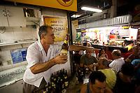Belo Horizonte_MG, Brasil...80 anos do Mercado Central. Na foto, pessoas tomando cerveja...80 years of Mercado Central. In this photo, the people drinking beer...Foto: LEO DRUMOND / NITRO