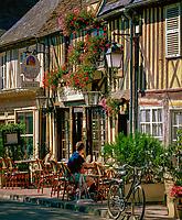 Frankreich, Normandie, Département Calvados, Beuvron-en-Auge: Cafe | France, Normandy, Département Calvados, Beuvron-en-Auge: Cafe scene