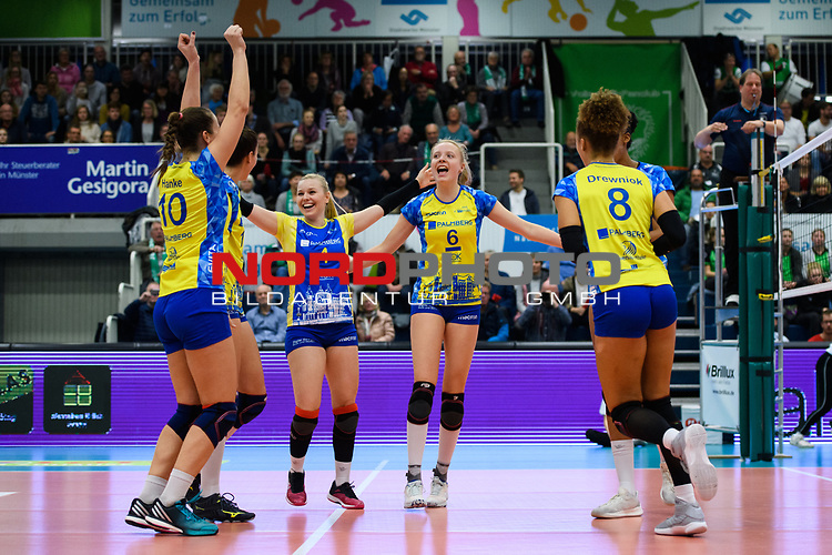 24.11.2018, Halle Berg Fidel, Muenster<br />Volleyball, DVV-Pokal Frauen, Viertelfinale, USC MŸnster / Muenster vs. SSC Palmberg Schwerin<br /><br />Jubel Denise Hanke (#10 Schwerin), Mckenzie Adams (#13 Schwerin), Anna Pogany (#4 Schwerin), Jennifer Geerties (#6 Schwerin), Lauren Barfield (#12 Schwerin), Kimberly Drewniok (#8 Schwerin) nach Matchball / Sieg<br /><br />  Foto &copy; nordphoto / Kurth