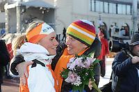 SCHAATSEN: BOEDAPEST: Essent ISU European Championships, 07-01-2012, 1500m Ladies, Linda de Vries NED wordt gefeliciteerd door haar moeder, ©foto Martin de Jong