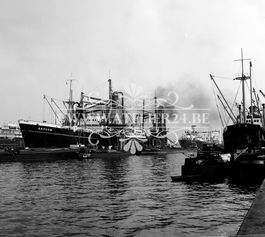 Oktober 1966. Schip Britsum in de haven van Antwerpen.