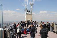 Besucher auf der Aussichtsplattform von Top of the Rock im Rockefeller Center - 11.04.2018: Sightseeing in New York