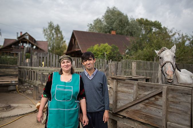 Die Familie Musafirov lebt und arbeitet auf dem Bauernhof einer russischen Familie. / Tajik migrant workers Said Musafirov and his wife Rukiya Gurgova is pictured in a private farm where they work in the village of Dubtsy outside Moscow as a horse named as Russian poet Puskin watches them.