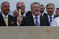 Berlin, Bundespräsident Joachim Gauck (3.v.l), Bundesverkehrminister Peter Ramsauer (CSU, 2.v.l.), Kulturstaatsminister Bernd Neumann (l.) und  Regierender Bürgermeister Klaus Wowereit (SPD) (r.) beim Grundsteinlegung für das Humboldtforum am Mittwoch (11.06.13) am Schlossplatz in Berlin. Foto: Maja Hitij/CommonLens