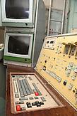 Kontrollzentrum mit Schaltpult und Kontrollmonitoren / Control compartment, Missile launch control panels