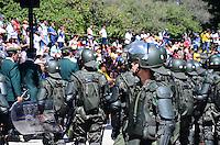RIO DE JANEIRO, RJ, 07.09.2013 -PROTESTO NO DESFILE CIVICO DIA DA INDEPENDENCIA - Manifestantes protestam no desfile cívico do dia da independência,na avenida Presidente Vargas, na manhã deste sábado (7), no centro do Rio de Janeiro. (Foto: Marcelo Fonseca / Brazil Photo Press).