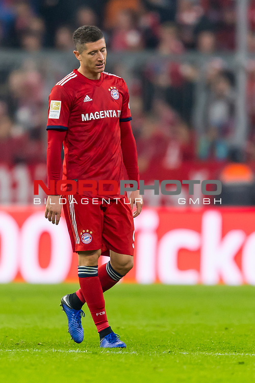 03.11.2018, Allianz Arena, Muenchen, GER, 1.FBL,  FC Bayern Muenchen vs. SC Freiburg, DFL regulations prohibit any use of photographs as image sequences and/or quasi-video, im Bild enttaeuscht Robert Lewandowski (FCB #9) <br /> <br />  Foto © nordphoto / Straubmeier