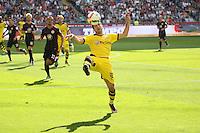 Henrikh Mkhitaryan (BVB) kriegt den langen Ball nicht - Eintracht Frankfurt vs. Borussia Dortmund, Commerzbank Arena, 33.Spieltag
