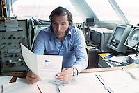 Alain Colas sur Club Méditerranée, lisant le règlement de la Transat anglaise de 1976