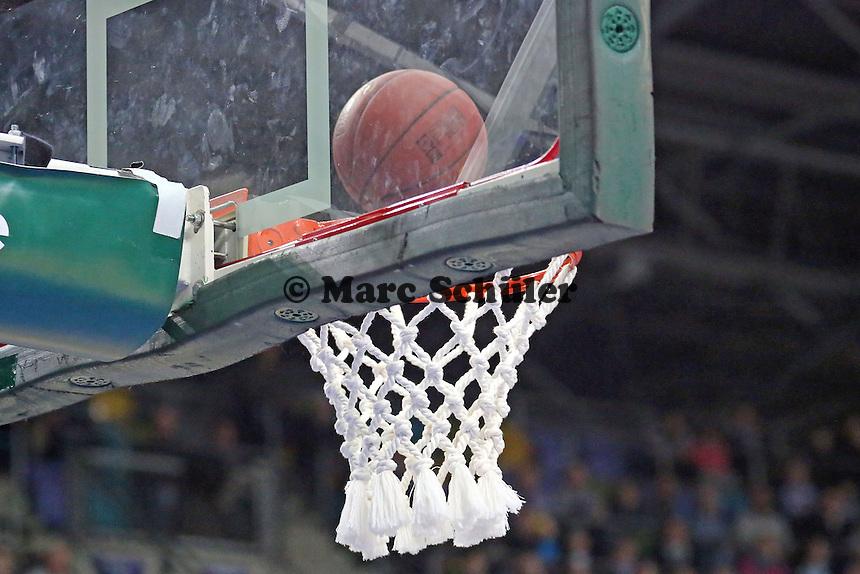 Ball fliegt in den Korb - Fraport Skyliners vs. Phoenix Hagen, Fraport Arena Frankfurt