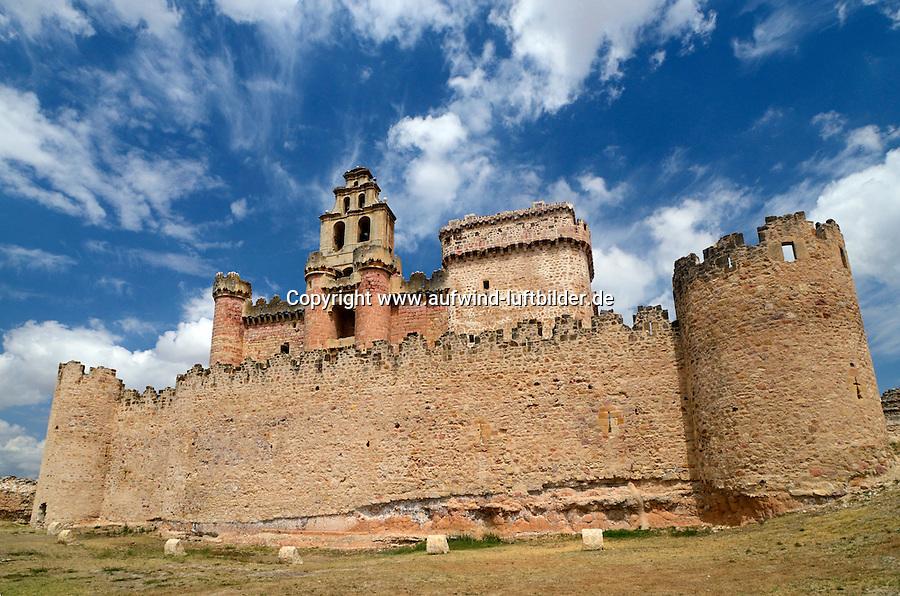 Turegano: SPANIEN, KASTILIEN LEON, Turegano, 02.08.2011: Errichtet wurde die Burg auf Anordnung des Bischofs Juan Arias Davila. Sie ist rechteckig angelegt und besitzt Rundtuerme sowie einen flachen Glockenturm im Barockstil. Die Plaene fuer den Bau stammen vermutlich von den Architekten Juan Guas und Gil de Hontanon. Geschuetzt wird die Burg von einem Teil der frueheren Stadtmauer..Spain, Castilla y León, Segovia, Castle of Turegano, architecture, blue sky, building, Castilla y Leon, castle, Castle of turegano , day, defense, Europe, medieval, monuments, nobody, outdoors, Segovia, Spain, travel,architektur, blauer himmel, Castillo de Turegano, draussen, Europa, gebaeude, Kastilien-und-Leon, mittelalter, monumente, niemand, reise, schloss, Segovia, Spanien, tag, Verteidigung, Luis Castaneda, Europa, europe, Spanien, Spain, Spagna, Iberische Halbinsel, Espagna .c o p y r i g h t : A U F W I N D - L U F T B I L D E R . de.G e r t r u d - B a e u m e r - S t i e g 1 0 2, .2 1 0 3 5 H a m b u r g , G e r m a n y.P h o n e + 4 9 (0) 1 7 1 - 6 8 6 6 0 6 9 .E m a i l H w e i 1 @ a o l . c o m.w w w . a u f w i n d - l u f t b i l d e r . d e.K o n t o : P o s t b a n k H a m b u r g .B l z : 2 0 0 1 0 0 2 0 .K o n t o : 5 8 3 6 5 7 2 0 9. V e r o e f f e n t l i c h u n g  n u r  m i t  H o n o r a r  n a c h M F M, N a m e n s n e n n u n g  u n d B e l e g e x e m p l a r !...