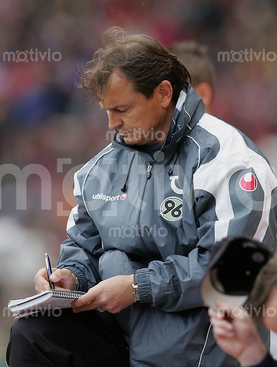 Fussball 1. Bundesliga Saison 2004/2005 32. Spieltag VfB Stuttgart 1-0 Hannover 96 H 96 Trainer Ewald Lienen