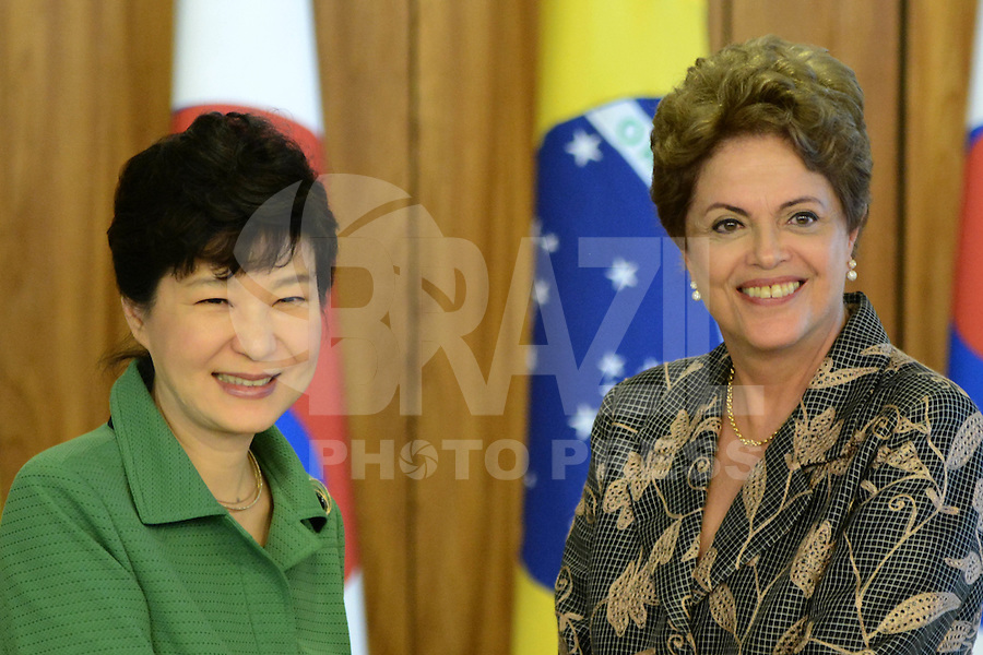 BRASÍLIA, DF, 24.04.2015 – VISITA PRESIDENTE DA CORÉIA DO SUL PARK GEUN-HYE – A presidente Dilma Rousseff e a presidente da Coréia do Sul, Park Geun-Hye durante cerimônia de assinatura de Atos de Cooperação entre Brasil e Coréia do Sul na manhã desta sexta-feira, 24 no Palácio do Planalto em Brasília. (Foto: Ricardo Botelho / Brazil Photo Press)