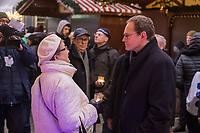 Gedenken am Dienstag den 19. Dezember 2017 anlaesslich des 1. Jahrestag des Terroranschlag auf den Weihnachtsmarkt auf dem Berliner Breitscheidplatz am 19.12.2016 durch den Terroristen Anis Amri.<br /> Im Bild: Eine aufgewuehlte und weinende Frau im Gespraech mit dem Regierender Buergermeister Michael Mueller. Mueller war nicht in der Lage sie zu troesten, so dass sie nach wenigen Minuten ging.<br /> 19.12.2017, Berlin<br /> Copyright: Christian-Ditsch.de<br /> [Inhaltsveraendernde Manipulation des Fotos nur nach ausdruecklicher Genehmigung des Fotografen. Vereinbarungen ueber Abtretung von Persoenlichkeitsrechten/Model Release der abgebildeten Person/Personen liegen nicht vor. NO MODEL RELEASE! Nur fuer Redaktionelle Zwecke. Don't publish without copyright Christian-Ditsch.de, Veroeffentlichung nur mit Fotografennennung, sowie gegen Honorar, MwSt. und Beleg. Konto: I N G - D i B a, IBAN DE58500105175400192269, BIC INGDDEFFXXX, Kontakt: post@christian-ditsch.de<br /> Bei der Bearbeitung der Dateiinformationen darf die Urheberkennzeichnung in den EXIF- und  IPTC-Daten nicht entfernt werden, diese sind in digitalen Medien nach §95c UrhG rechtlich geschuetzt. Der Urhebervermerk wird gemaess §13 UrhG verlangt.]