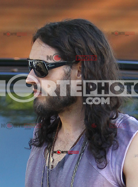 Barefooted and gray haired? Russell Brand spotted walking back to his car without shoes! And notice - 37-year-old Russell seems to be getting a gray beard! Los Angeles, California on 19.07.2012..Credit: Correa/face to face.. / Mediapunchinc *** online only for the weekly magazines no print*** /*NORTEPHOTO.com*<br /> **SOLO*VENTA*EN*MEXICO**<br />  **CREDITO*OBLIGATORIO** *No*Venta*A*Terceros*<br /> *No*Sale*So*third* ***No*Se*Permite*Hacer Archivo***No*Sale*So*third*©Imagenes*con derechos*de*autor©todos*reservados*