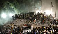 GRA325. CIUDAD DE MÉXICO (MÉXICO), 20/09/2017.- Cientos de mexicanos, entre brigadistas y voluntarios, continúan intentando rescatar a personas con vida de los edificios colapsados en Ciudad de México (México) hoy, miércoles 20 de septiembre de 2017, tras un sismo de magnitud 7,1 en la escala de Richter, que sacudió fuertemente la capital mexicana este martes 19 de septiembre, justo cuanto se cumplían 32 años del poderoso terremoto que provocó miles de muertes en 1985. La cifra de muertos a causa del terremoto de magnitud 7,1 en la escala de Richter que el martes sacudió el centro de México ascendió a 224, informó hoy en secretario de Gobernación, Miguel Ángel Osorio.EFE/José Méndez