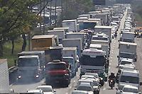 SAO PAULO, SP, 27/09/2013, TRANSITO. Com a manifestacao dos moradores da Favela do Gato que interditaram hoje (27), a Marginal Tiete sentido Rod. Ayrton Senna, nas proximidades da ponte Orestes Quercia., zona norte de Sao Paulo, um grande congestionamento se formou por toda regiao.  LUIZ GUARNIERI/BRAZIL PHOTO PRESS.