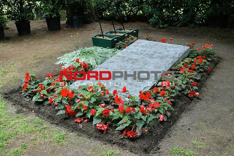 Abschied von Inge Meysel<br /> <br /> Die Schauspielerin Inge Meysel wird auf dem Ohlsdorfer Friedhof neben ihren Ehemann John Olden beigesetzt. Die Trauerfeier findet in der Halle B statt. <br /> <br /> Das Grab von John Olden mit dem Aushub fuer die Urne von Inge Meysel.<br /> <br /> Foto &copy; nordphoto / Anja Heinemann<br /> <br />  *** Local Caption *** Foto ist honorarpflichtig! zzgl. gesetzl. MwSt.<br />  Belegexemplar erforderlich<br /> Adresse: nordphoto<br /> Georg-Reinke-Strasse 1<br /> 49377 Vechta