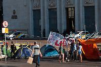 S&Atilde;O PAULO-SP-04,08,2014-MOVIMENTO LUTA POR MORADIA DIGNA/ACAMPAM EM FRENTE &Aacute; PREFEITURA - Cerca de 50 integrantes do movimento Luta por Moradia Digna (LMD) est&atilde;o acampados em frente &agrave; prefeitura da capital paulista.O movimento, que reivindica melhores condi&ccedil;&otilde;es de moradia, foi removido recentemente de duas ocupa&ccedil;&otilde;es no centro da cidade. Na ter&ccedil;a-feira (29), eles tiveram de deixar um pr&eacute;dio particular, localizado na Rua da Consola&ccedil;&atilde;o, ap&oacute;s reintegra&ccedil;&atilde;o de posse.Na regi&atilde;o central da cidade de S&atilde;o Paulo,nessa segunda-feira,04<br /> (Foto:Kevin David/Brazil Photo Press)