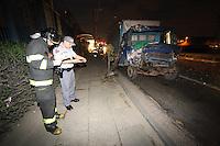 SAO PAULO, SP, 09/05/2012, ACIDENTE AV ARICANDUVA.     Um caminhao colidiu contra a traseira de um onibus na Av. Aricanduva altura do numero 2000, o ajudante do casminhoneiro ficou preso nas feragens e foi socorrido pelos bombeiros ao PS Inhocune.  Luiz Guarnieri/ Brazil Photo Press