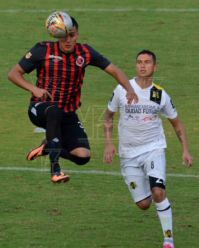 CUCUTA - COLOMBIA -23 -03-2015: Leonardo Ossa (Izq.) jugador de Cucuta Deportivo disputa el balón Luis Espinola (Der.) jugador de Alianza Petrolera, durante partido entre Cucuta Deportivo y Alianza Petrolera por la fecha 11 de la Liga Aguila I-2015, jugado en el estadio General Santander de la ciudad de Cucuta.  / Leonardo Ossa (L) player of Cucuta Deportivo vies for the ball with Luis Espinola (R) player of Alianza Petrolera, during a match between Cucuta Deportivo and Alianza Petrolera for the date 11 of the Liga Aguila I-2015 at the General Santander Stadium in Cucuta city, Photo: VizzorImage  / Cont.