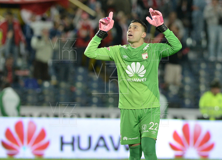 BOGOTÁ -COLOMBIA, 25-04-2015. Leonardo Castellanos arquero de Independiente Santa Fe celebra el gol anotado por Luis Manuel Seijas (fuera de cuadro) a Jaguares FC durante partido entre Independiente Santa Fe y Jaguares FC por la fecha 17 de la Liga Aguila I 2015 jugado en el estadio Nemesio Camacho El Campin de la ciudad de Bogota. / Leonardo Castellanos goalkeeper of Independiente Santa Fe celebrates a scored goal by Luis Manuel Seijas (out of frame) to Jaguares FC during a match between Independiente Santa Fe and Jaguares FC for the 17th date of the Liga Aguila I 2015 played at Nemesio Camacho El Campin Stadium in Bogota city. Photo: VizzorImage / Gabriel Aponte / Staff.