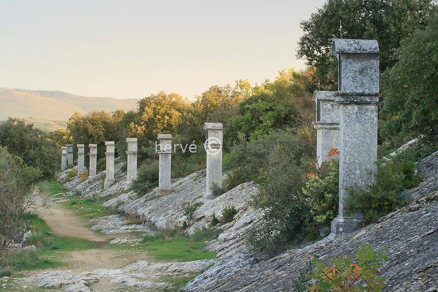 France, Alpes-de-Haute-Provence (04), Lurs, chemin de croix vers la chapelle Notre-Dame de Vie // France, Alpes de Haute Provence, Lurs, The Way of the Cross towards the chapel Notre-Dame de Vie