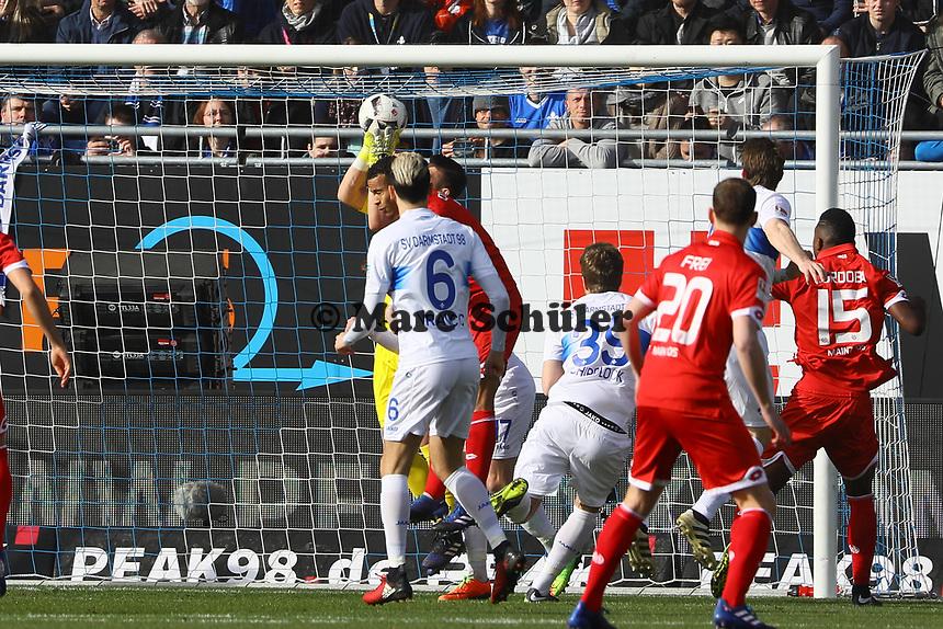 Torwart Daniel Heuer Fernandez (SV Darmstadt 98) haelt- 11.03.2017: SV Darmstadt 98 vs. 1. FSV Mainz 05, Johnny Heimes Stadion am Boellenfalltor