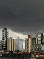 SÃO PAULO - SP -  07 DE MARÇO 2013. CLIMA TEMPO SAO PAULO Nuvens escuras sao vista no bairro de Pinheiros regiao oeste da cidade de Sao Paulo nesta tarde de quinta-feira. FOTO: MAURICIO CAMARGO / BRAZIL PHOTO PRESS.