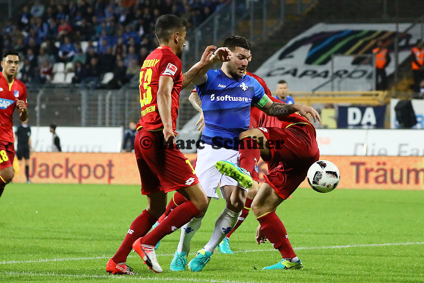 Jerome Gondorf (SV Darmstadt 98) wird von Ermin Bicakcic (TSG 1899 Hoffenheim) gefoult aber kein Elfmeter- SV Darmstadt 98 vs. TSG 1899 Hoffenheim, Johnny Heimes Stadion am Boellenfalltor