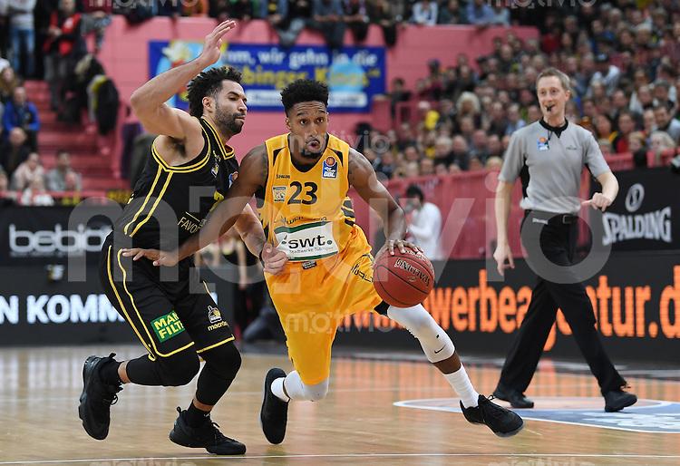 Basketball  1. Bundesliga  2016/2017  Hauptrunde  16. Spieltag  27.12.2016 Walter Tigers Tuebingen - MHP Riesen Ludwigsburg Eric McClellan (Mitte, Tigers) gegen Drew Crawford (li, Ludwigsburg)