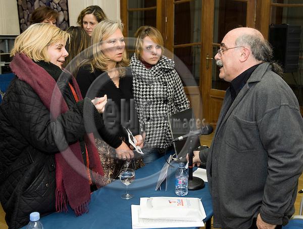 Brussels-Belgium - 19 February 2009 -- Segunda edición de Encuentros de Teatro Contemporáneo, conferencia - coloquio con Guillermo HERAS (ri), Director de Iberescena; en el Instituto Cervantes, organizado por Perkustra -- Photo: Horst Wagner / eup-images