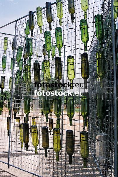 empty wine bottles for drying<br /> <br /> botellas de vinos vac&iacute;as para secar<br /> <br /> leere Weinflaschen zum Trocknen<br /> <br /> 1840 x 1232 px<br /> 150 dpi: 31,16 x 20,86 cm<br /> 300 dpi: 15,58 x 10,43 cm<br /> Original: 35 mm