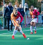 Laren - Valerie Magis (OR)  tijdens de Livera hoofdklasse  hockeywedstrijd dames, Laren-Oranje Rood (1-3).  rechts fysio Marit Pronker. COPYRIGHT KOEN SUYK