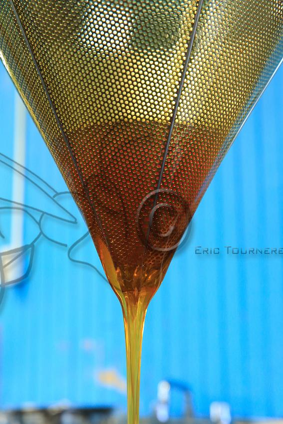 The honey is then filtered of its impurities and stored in food-grade barrels. ///Le miel est ensuite filtré de ces impuretés avant d'être stocké dans des futs alimentaires.