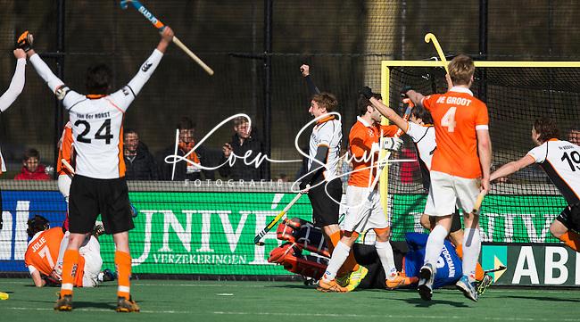 BLOEMENDAAL - HOCKEY - OZ komt in de laatste minuut op 2-2   tijdens de hoofdklasse competitiewedstrijd tussen de mannen van Bloemendaal en Oranje-Zwart (2-2). Midden Rob Reckers. FOTO KOEN SUYK