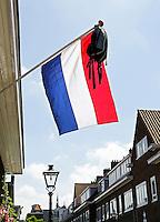 Nederland Leiden .Geslaagd voor het eindexamen. De schooltas hangt aan een vlaggenstok. Foto Berlinda van Dam / Hollandse Hoogte
