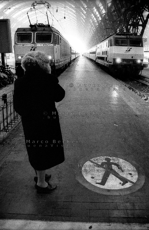 milano, stazione centrale. una donna in attesa --- milan, central station. a woman waiting