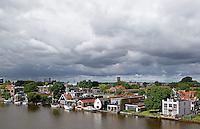 Donkere wolken boven Zaanstad
