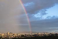 BELO HORIZONTE, MG, 22.04.2019 - CLIMA-MG - Arco-iris divide sol e chuva na cidade de Belo Horizonte, nesta segunda-feira, 22. (Foto: Doug Patricio/Brazil Photo Press/Folhapress)