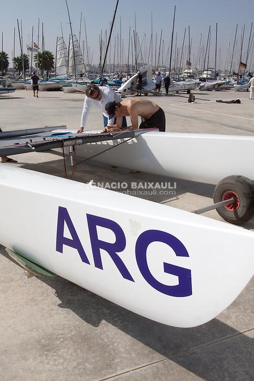 Juan Kouyoumdjian toma de contacto con catamaranes junto a Santi Lange de cara al diseno de los nuevos AC72. Juan Kouyoumdjian taking contact with catamarans with Santi Lange for design the new AC72.