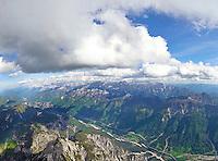 Julische Alpen: ITALIEN, 10.05.2015 Julische Alpen in Italen mit  Blickrichtung Ost nach Slovenien, Autobahn A23 beim Ort Ponteba