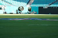 Groundcrew zur Vorbereitung des Felds im Innenraum des Hard Rock Stadium bei den Vorbereitungen auf den Super Bowl LIV am 2. Februar zwischen den Kansas City Chiefs und San Francisco 49ers - 22.01.2020: SB LIV im Hard Rock Stadium Miami