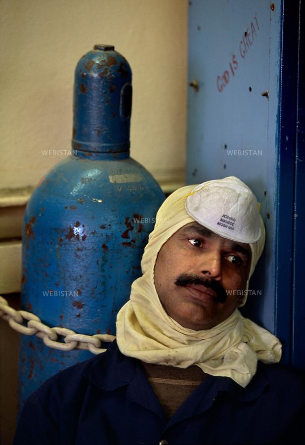 2003. Saudi Arabia. Plateform of Marjan 2 north-east offshore. Gaz and oil separation unit. Portrait of a worker. Arabie Saoudite. Plateforme de Marjan 2, au nord-est, au large. Unité de séparation du gaz et du pétrole. Portrait d'un ouvrier.