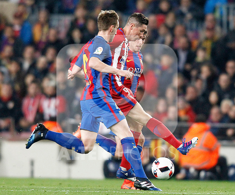 FC Barcelona's Ivan Rakitic (l) and Sergi Roberto (r) and Atletico de Madrid's Fernando Torres during Spanish Kings Cup semifinal 2nd leg match. February 07,2017. (ALTERPHOTOS/Acero)